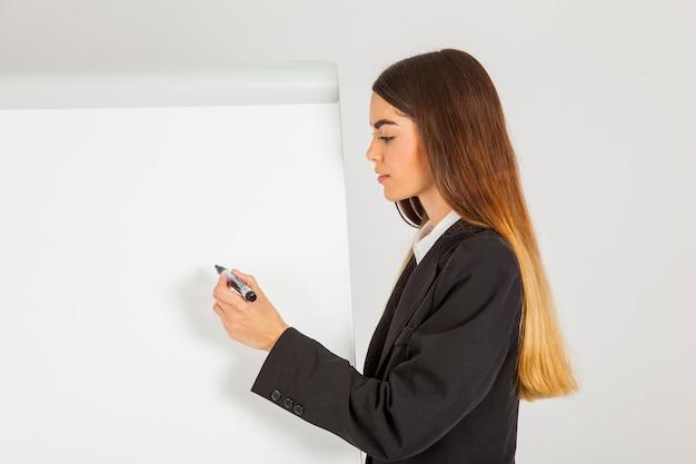 Молодая профессиональная женщина, писать на доске