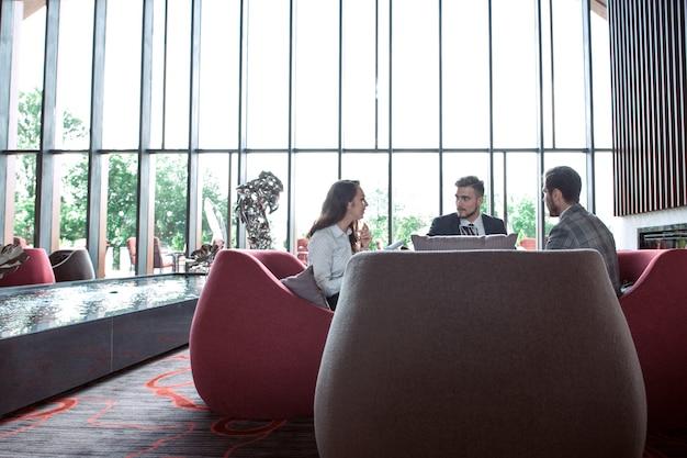若い専門家は現代のオフィスで働いています。スタートアップで働くビジネスクルー。