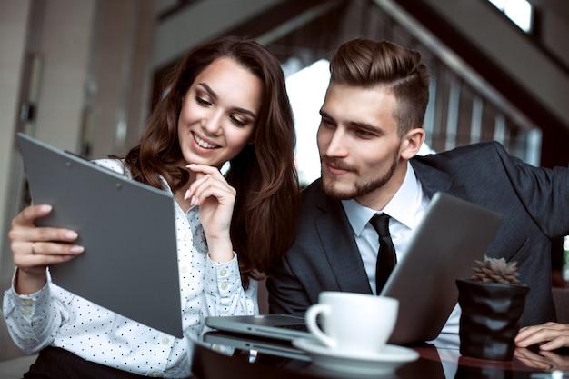 В современном офисе работают молодые специалисты. деловая команда работает со стартапом.