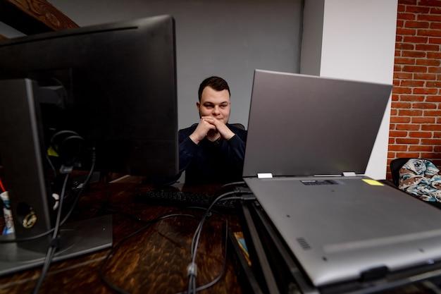 職場の若いプログラマー。スタートアップビジネス。
