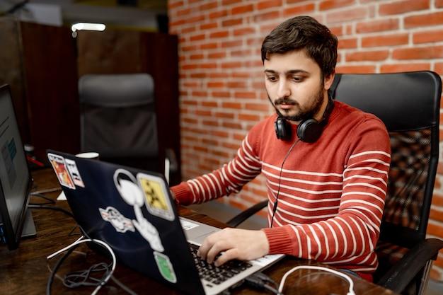 職場の若いプログラマー。