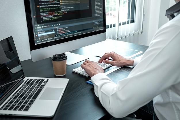 Молодой программист, работающий на компьютере программного обеспечения javascript в ит-офисе