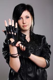 Молодая панк-девушка в коже