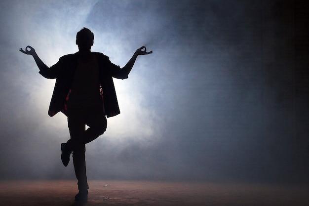 Молодой рэпер танцует на улице. хип-хоп культура
