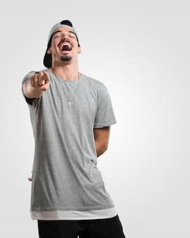 젊은 랩퍼 남자 소리, 웃으면 서 조롱과 통제 할 수없는 다른 개념을 재미있게 만들기