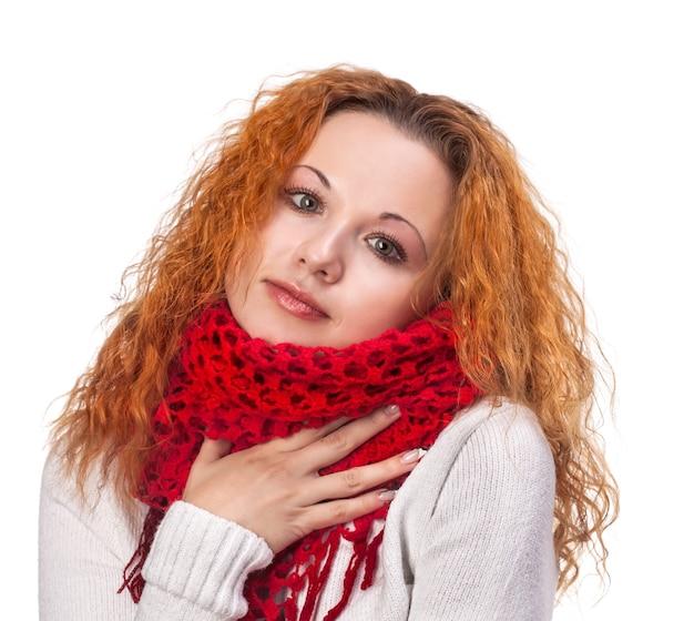 冬の日にスカーフを持つ若い赤髪の女性