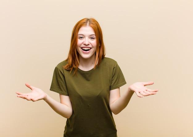 Молодая рыжеволосая красотка чувствует себя счастливой, удивленной, удачливой и удивленной, как будто всерьез говорит: невероятно