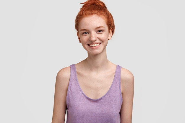 紫色のトップの若い赤毛の女性
