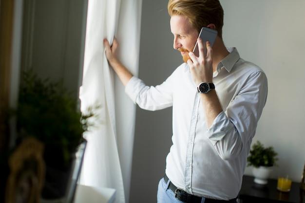 Молодой человек-пересох с телефоном