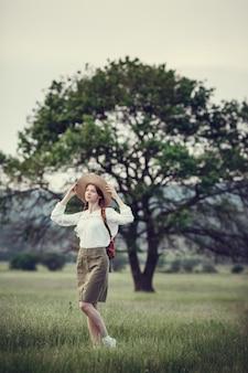 동화 아름 다운 풍경에 젊은 redhaired 여행자.