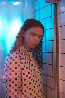シャワーのトイレでカフェの若い赤毛巻き毛の女性