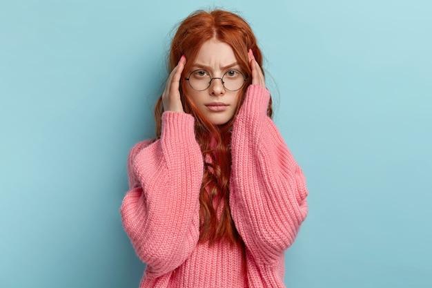 Giovane ragazza rossa con capelli ondulati