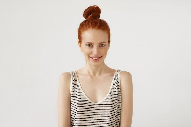 若い赤毛の女性がポーズ
