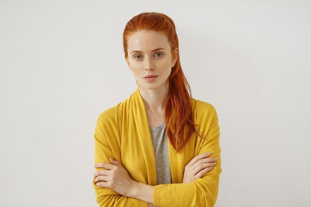 Молодая рыжая женщина позирует