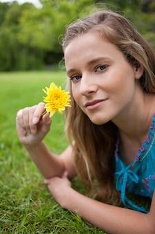 若い、リラックスした、女の子、芝生、公園、の上、横に、花