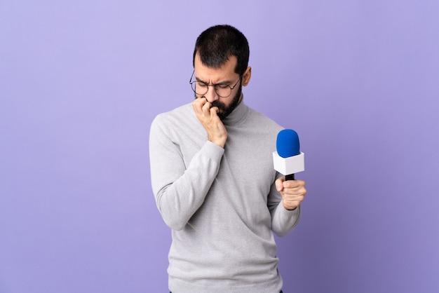 Молодой репортер человек над изолированной стеной