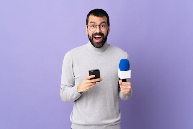 孤立した壁の上の若い記者男