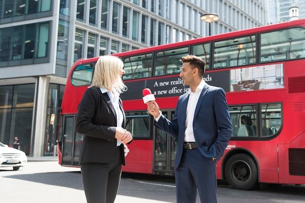 インタビューを受ける若い記者