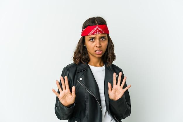 Молодой рокер женщина показывает номер два пальцами