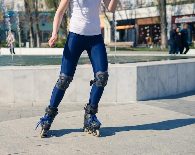 若いローラーガールはスケートの仕方を学んでいます。ローラースケートで初めて。左に曲がる