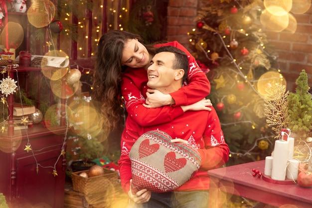 Молодая романтическая пара наслаждается проводить время вместе в канун нового года. двое влюбленных обнимаются и целуются в день святого валентина.