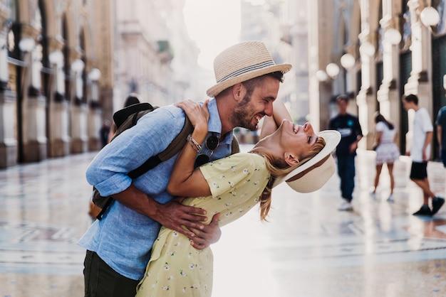 도시에서 걷는 재미 사랑에 젊은 낭만적 인 부부