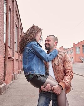 Молодая романтическая пара, стоя на улице города. любовная история
