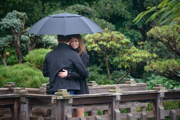 若い、ロマンチック、恋人、抱擁、抱擁、橋