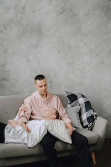 Молодая романтическая пара лгбт, проводящая день, обнимая и расслабляясь на диване