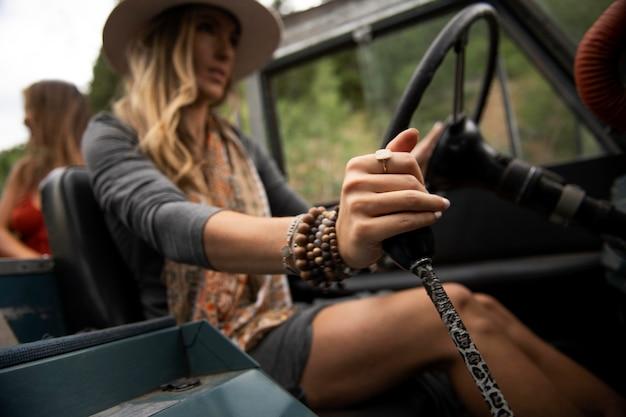 Giovani viaggiatori rurali che guidano attraverso la campagna