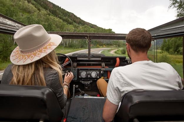 시골길을 운전하는 젊은 시골 여행자