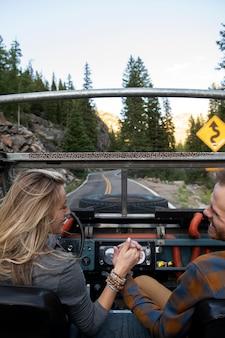 田舎を運転する若い田舎の旅行者