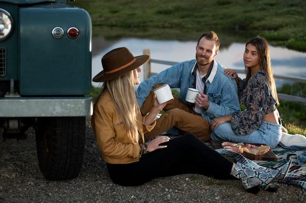 ピクニックに若い田舎の旅行者