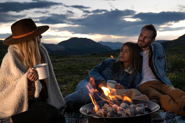 Молодые сельские путешественники на пикнике