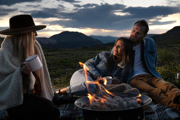 Giovani viaggiatori rurali in un picnic