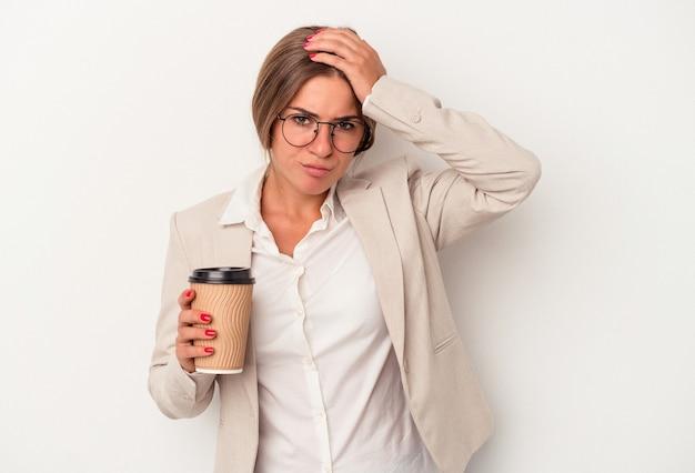 ショックを受けている白い背景で隔離された紙幣を保持している若いロシアのビジネスウーマン、彼女は重要な会議を思い出しました。