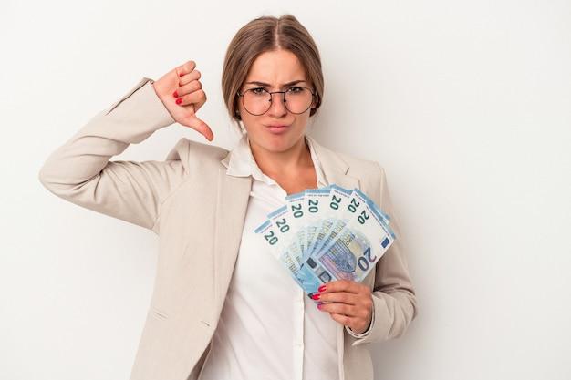 白い背景で隔離された紙幣を保持している若いロシアのビジネス女性は、誇りと自信を持って、従うべき例を感じます。