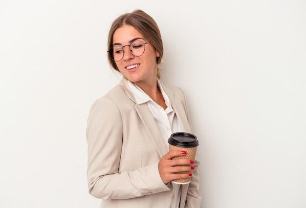 白い背景で隔離の紙幣を保持している若いロシアのビジネス女性は、笑顔、陽気で楽しい脇に見えます。