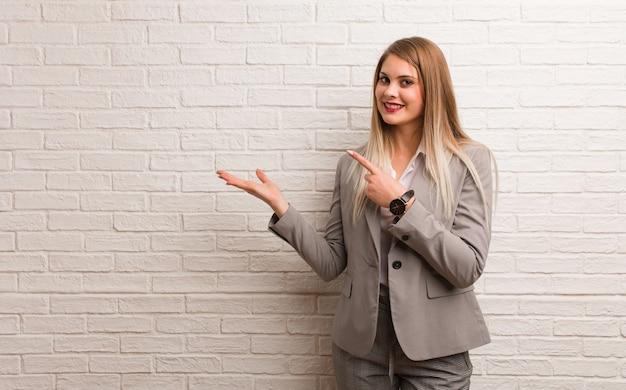 Молодая русская деловая женщина, держащая что-то рукой
