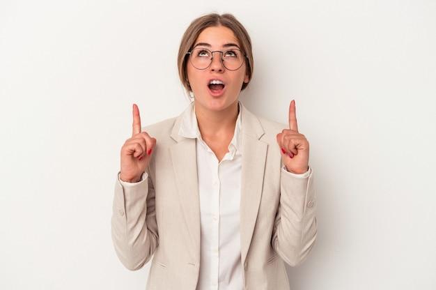 口を開けて逆さまを指している白い背景で隔離の若いロシアのビジネス女性。