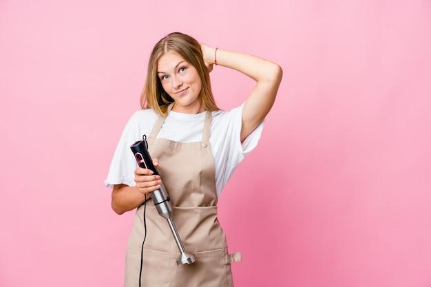 전기 믹서를 들고 젊은 러시아 요리 여자는 다시 머리를 만지고, 생각 하 고 선택을 절연.