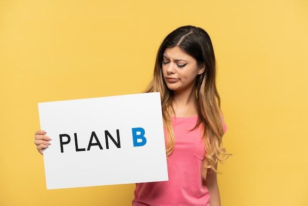 悲しい表情でメッセージplanbのプラカードを保持している黄色の背景で隔離
