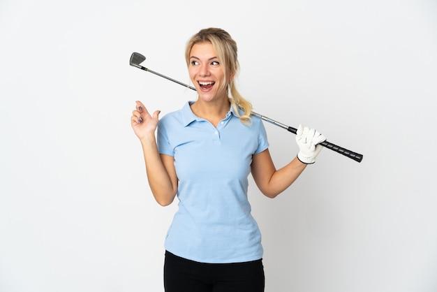 Молодая российская гольфистка изолирована на белом фоне, намереваясь реализовать решение, подняв палец вверх