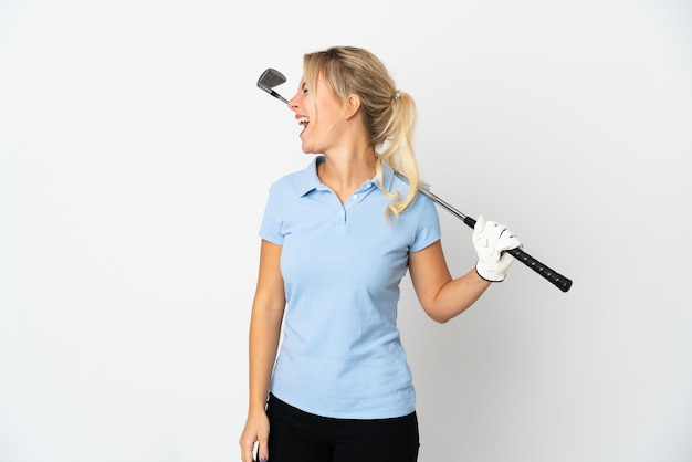 Молодая русская гольфистка изолирована на белом фоне, смеясь в боковом положении