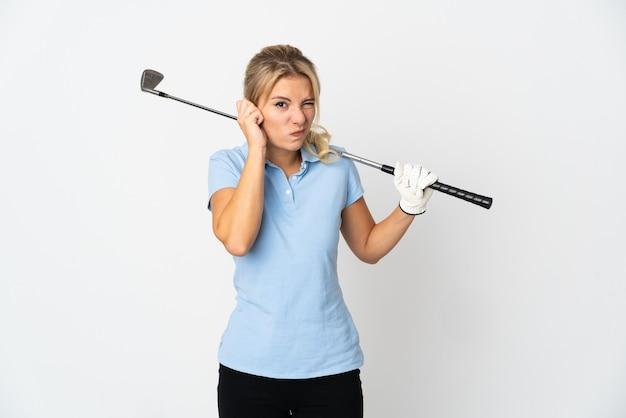 흰색 좌절과 귀를 덮고에 고립 된 젊은 러시아 골퍼 여자