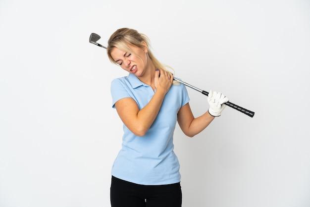 努力したために肩の痛みに苦しんで白に孤立した若いロシアのゴルファーの女性