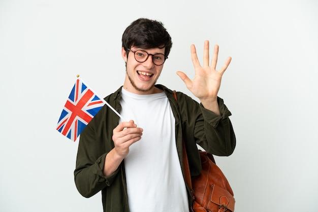 손가락으로 5 세 흰색 배경에 고립 된 영국 국기를 들고 젊은 러시아 남자