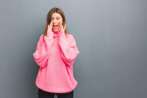 Молодая русская натуральная девушка кричит что-то счастливое впереди