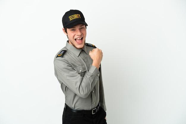 Молодой человек службы безопасности россии, изолированные на белом фоне, празднует победу