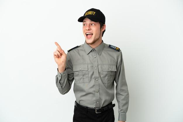 Молодой российский охранник изолирован на белом фоне, намереваясь реализовать решение, подняв палец вверх